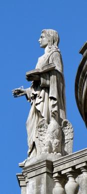 O Evangelista João carrega a Bíblia, uma pena de escrever e está acompanhado de uma águia.