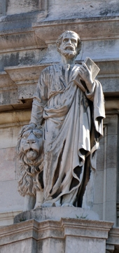Mateus afaga o leão e carrega a Bíblia, seus atributos.